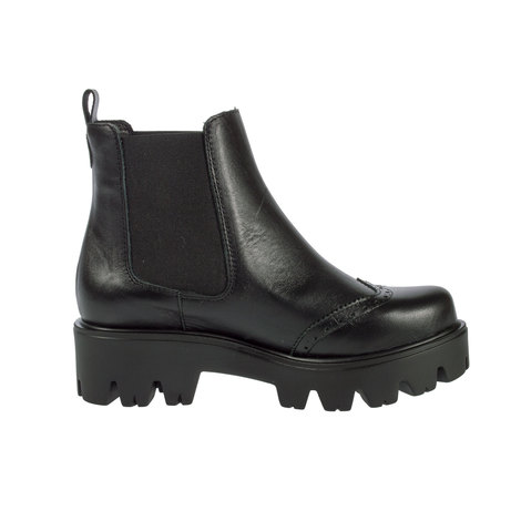 Ankle leather boot with leather lining and large elastics. Sole with 5.8 cmts heel.