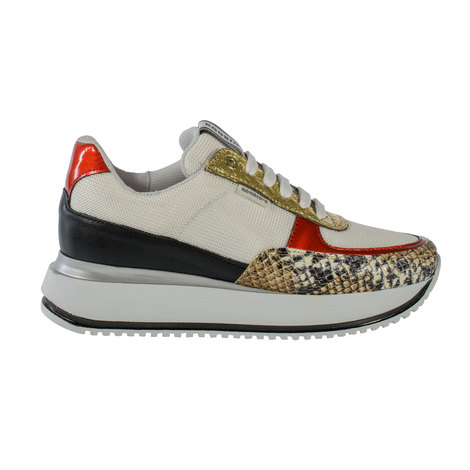 Leather sneaker with textile lining and lace closure. Sole with heel 2,5 cm.